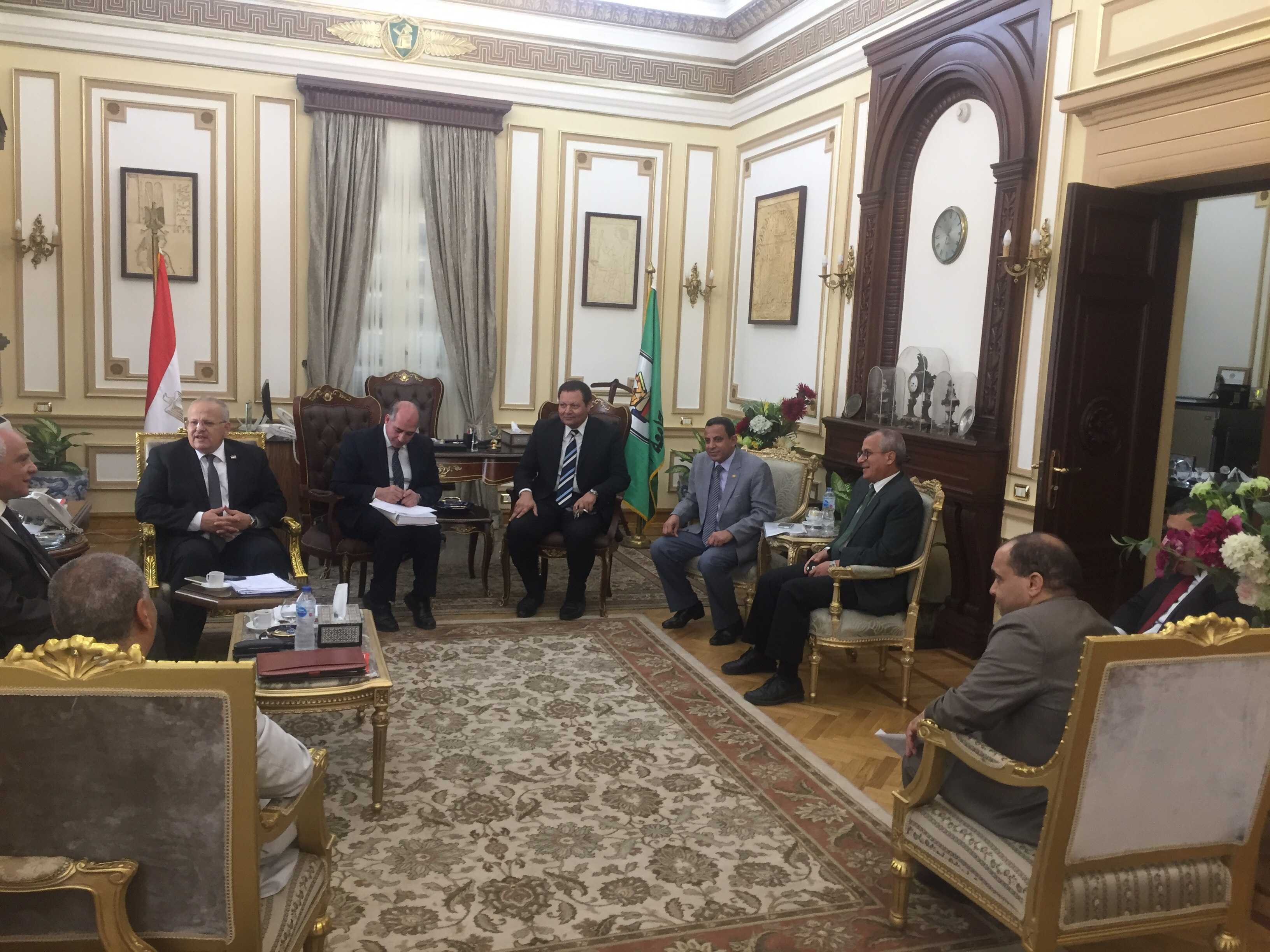 . رئيس جامعة القاهرة يستقبل محافظ الجيزة بمكتبه لبحث استعدادات العام الدراسى الجديد (7)