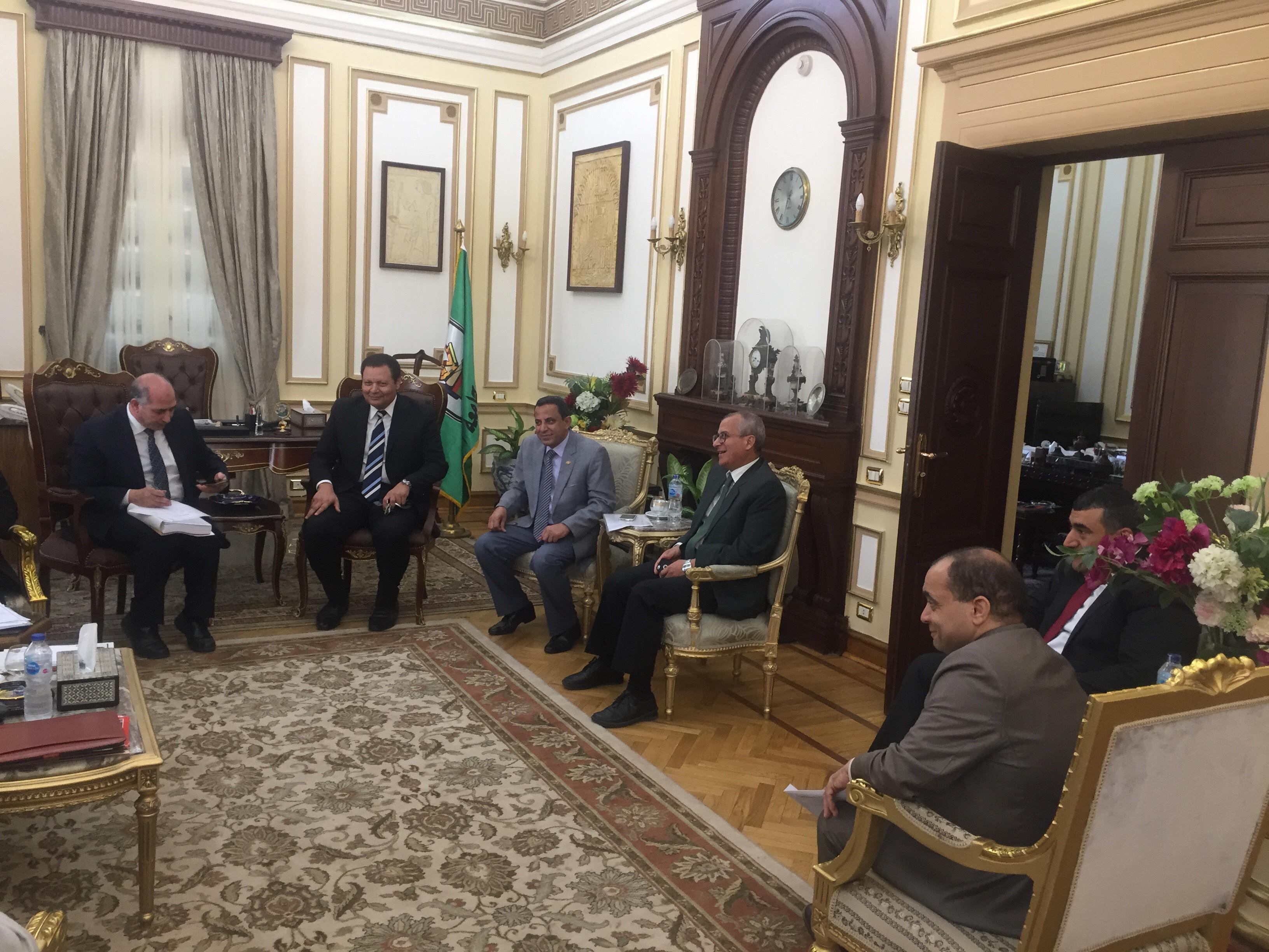 . رئيس جامعة القاهرة يستقبل محافظ الجيزة بمكتبه لبحث استعدادات العام الدراسى الجديد (8)