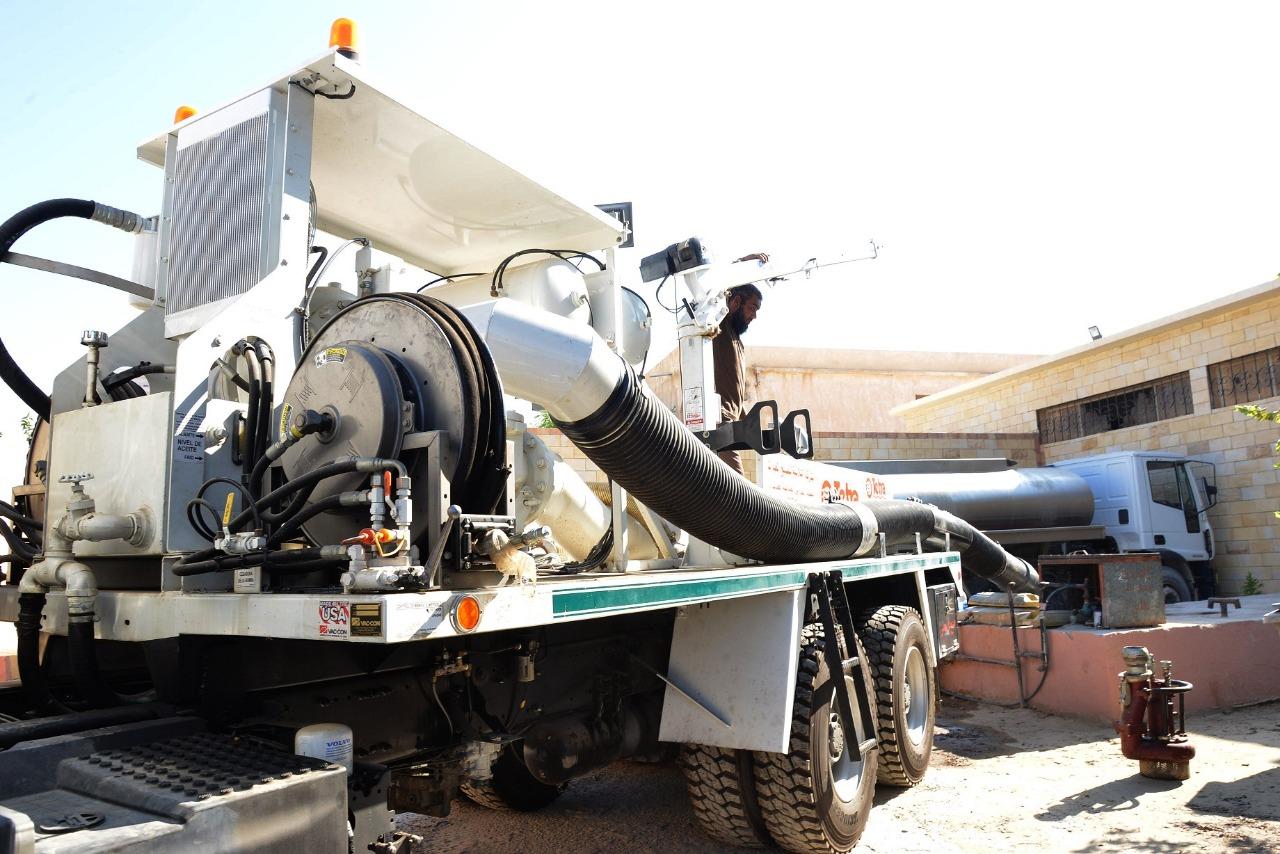 محافظ مطروح يشهد تجربة عملية لاحدث سيارة لسحب مياه السيول (4)