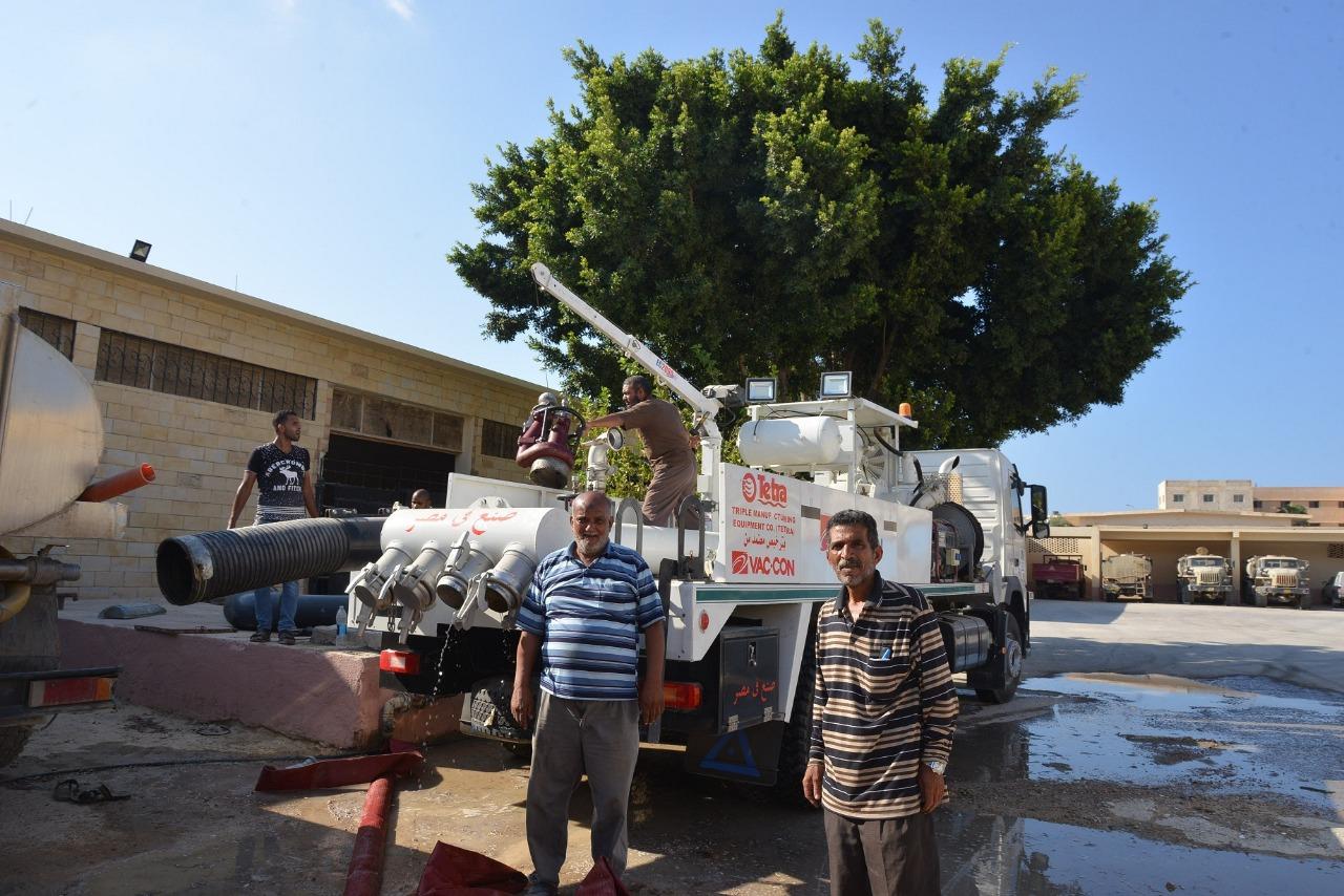 محافظ مطروح يشهد تجربة عملية لاحدث سيارة لسحب مياه السيول (3)