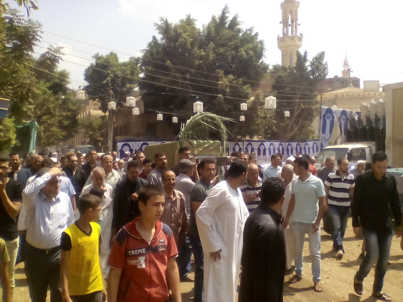 أهالى قرية ميت أبو الكوم يشيعون جثمان شقيقة السادات  (6)