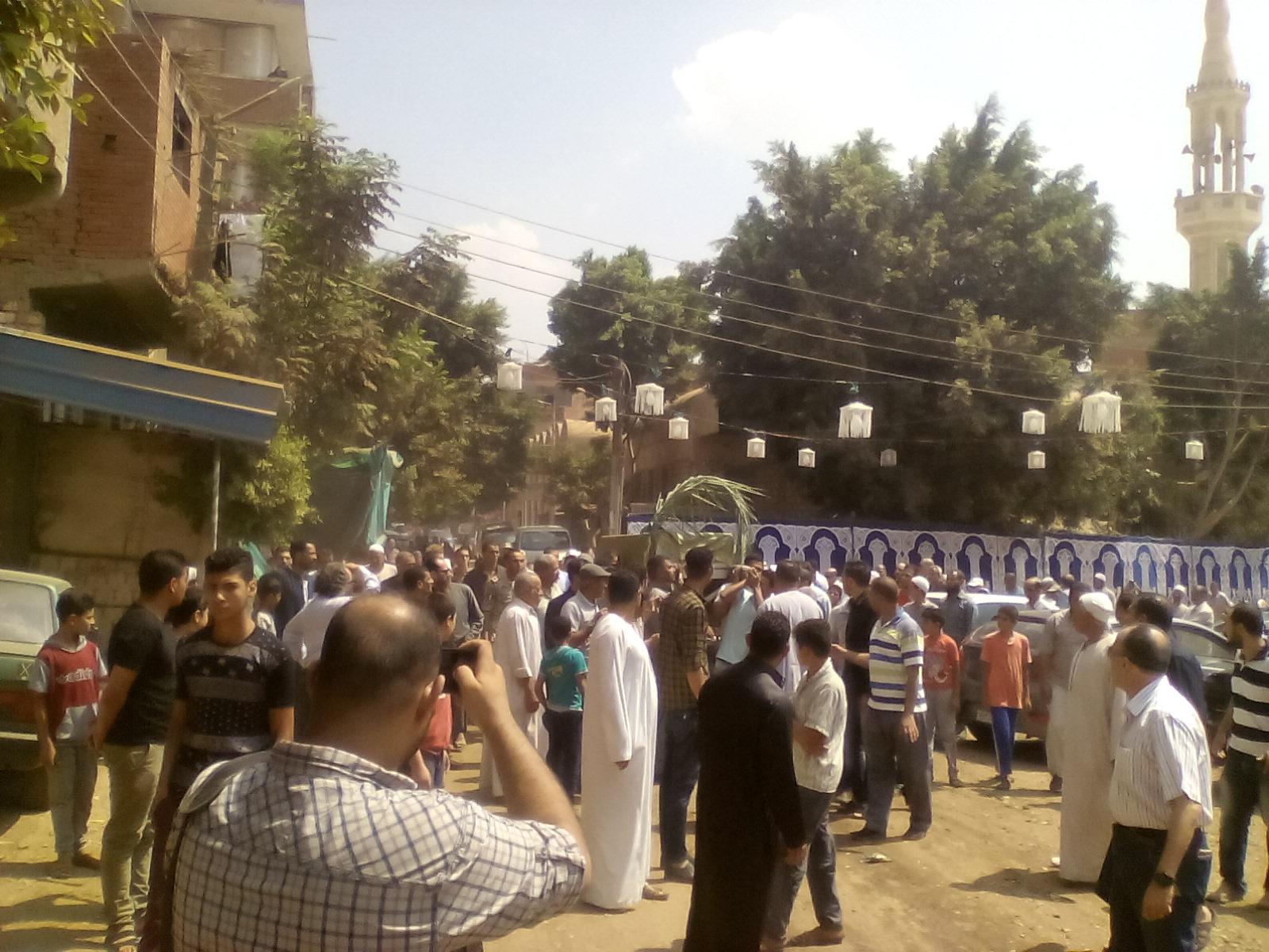 أهالى قرية ميت أبو الكوم يشيعون جثمان شقيقة السادات  (4)
