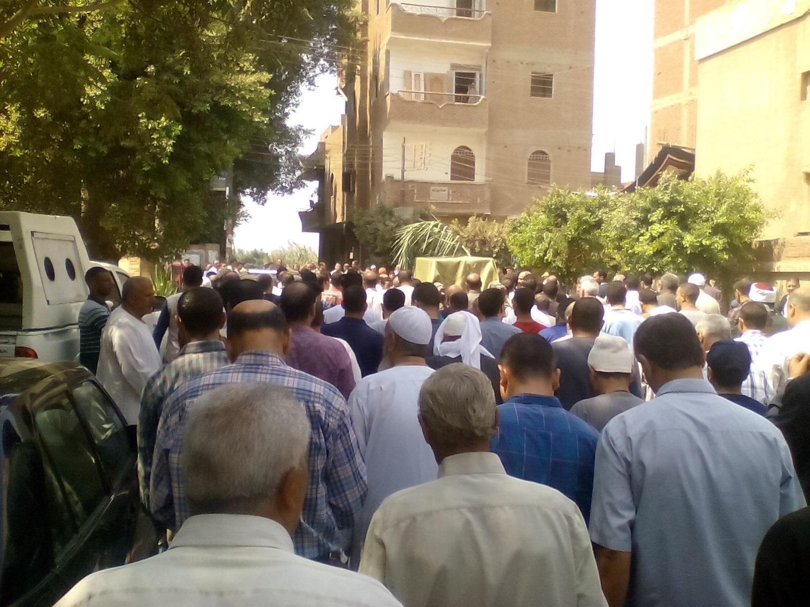 أهالى قرية ميت أبو الكوم يشيعون جثمان شقيقة السادات  (10)