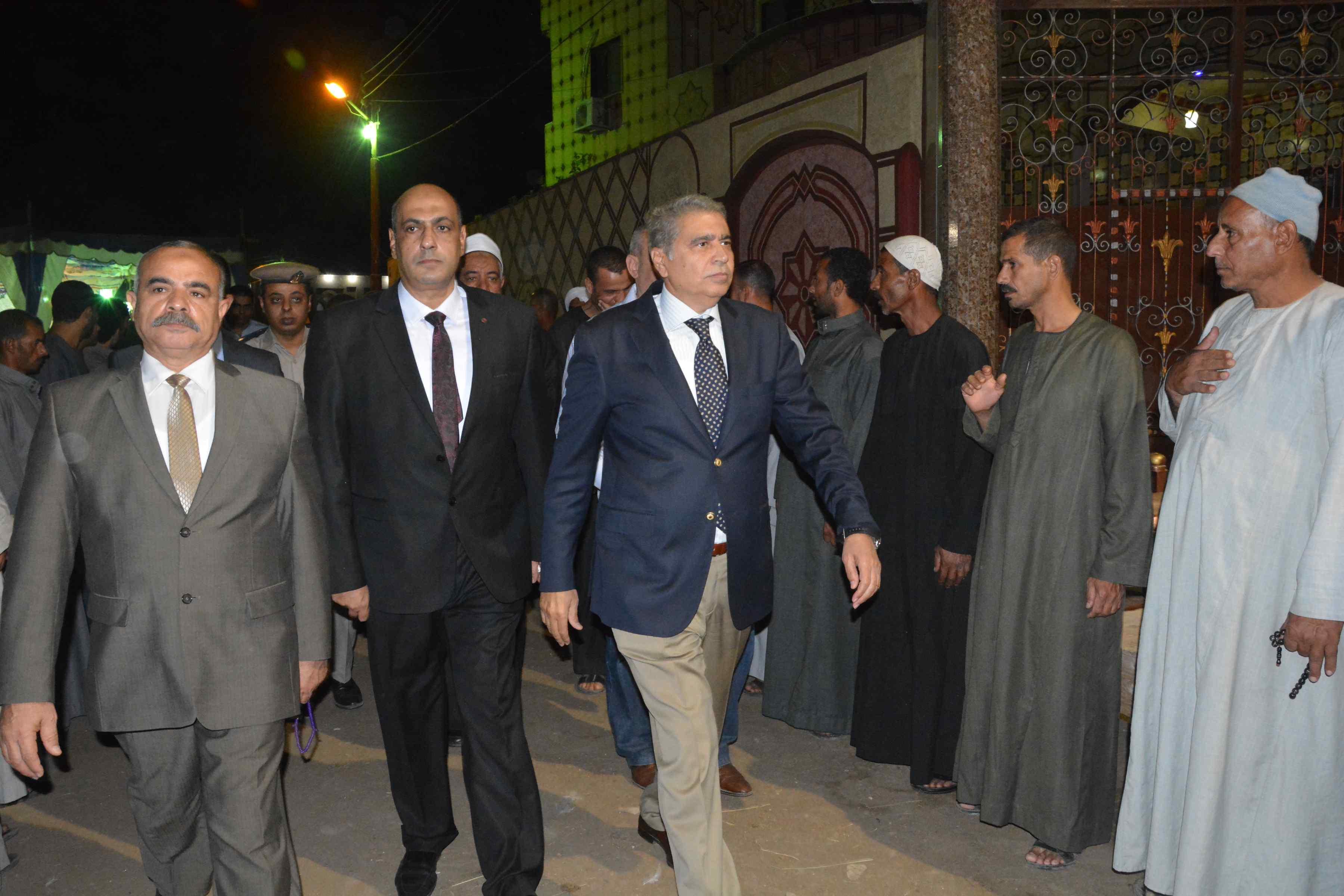 محافظ المنيا ومدير الأمن يقدمان واجب العزاء  (7)
