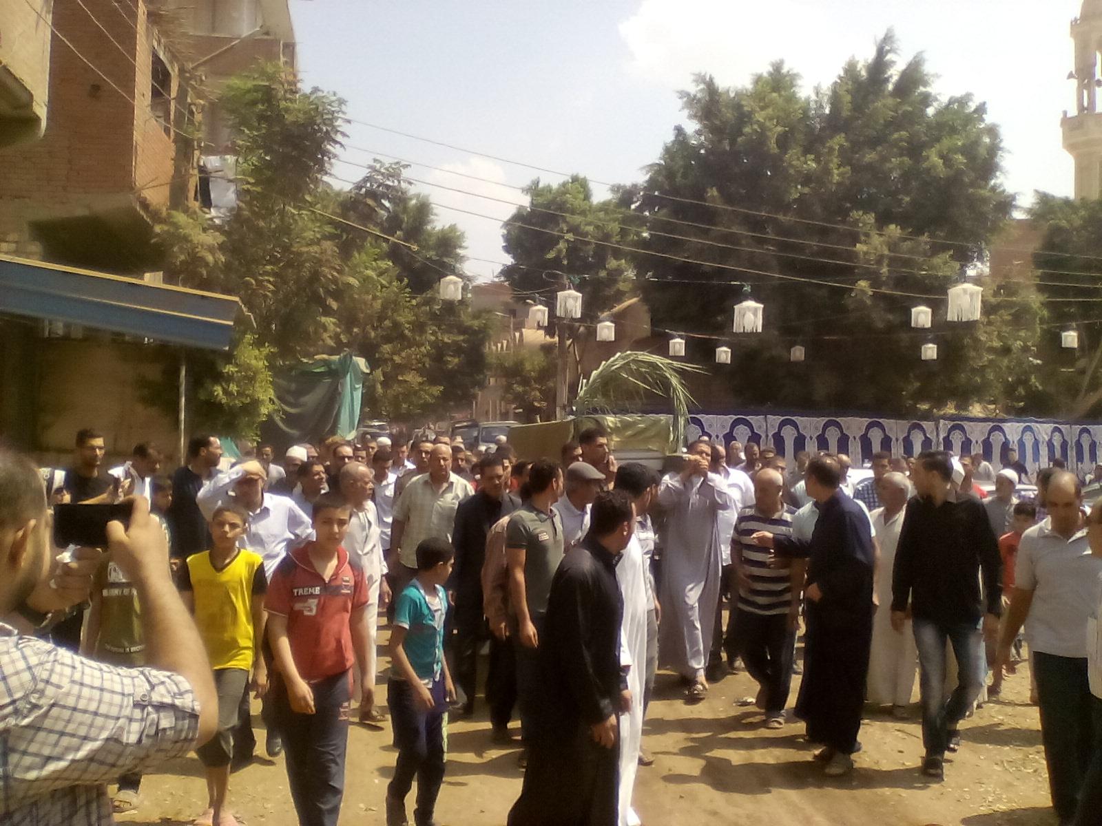 أهالى قرية ميت أبو الكوم يشيعون جثمان شقيقة السادات  (5)