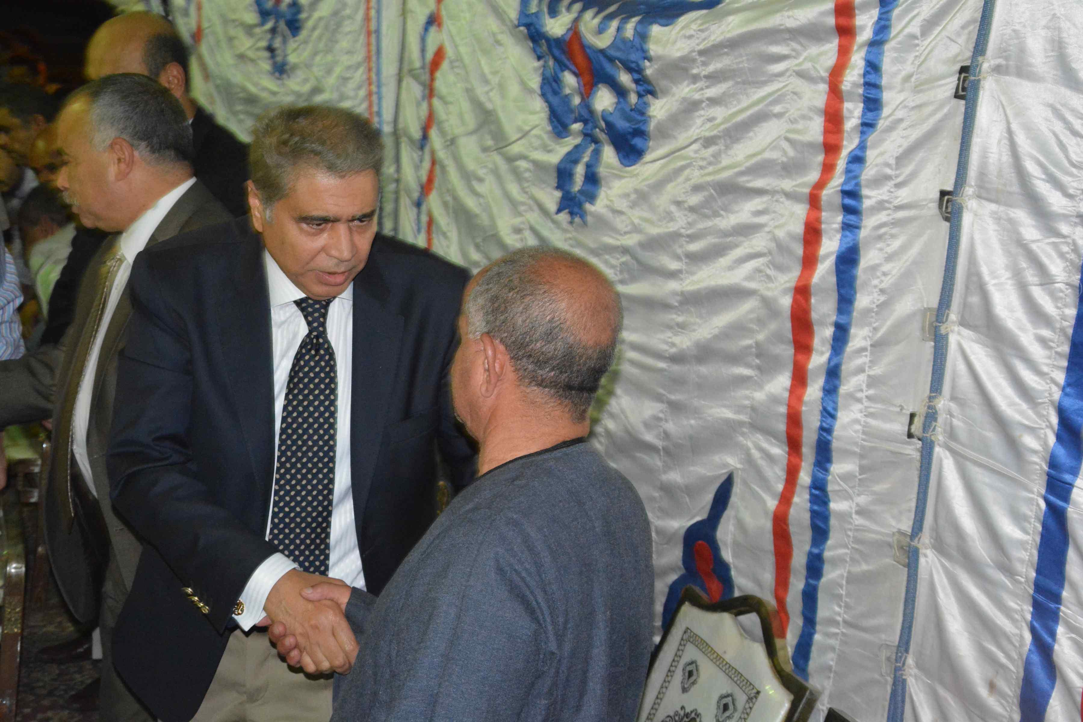 محافظ المنيا ومدير الأمن يقدمان واجب العزاء  (5)