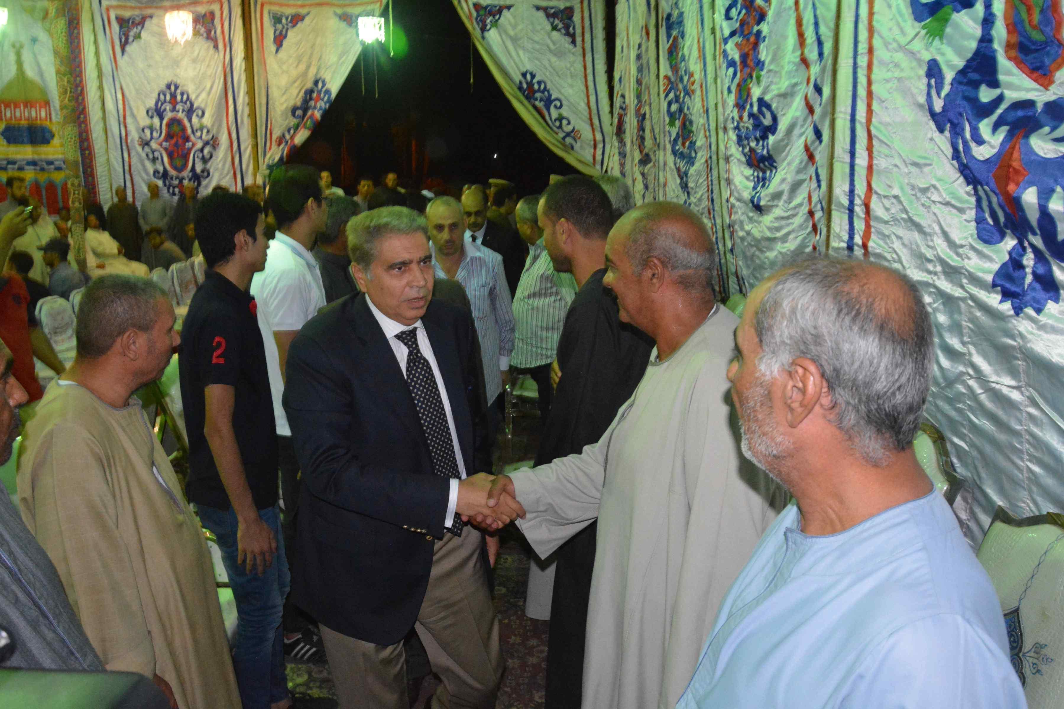 محافظ المنيا ومدير الأمن يقدمان واجب العزاء  (6)