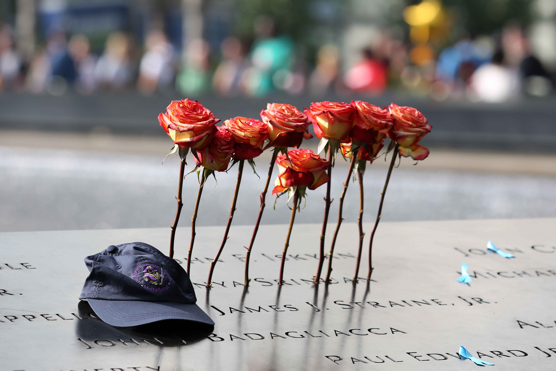 الورود بجانب كاب إحدى الضحايا