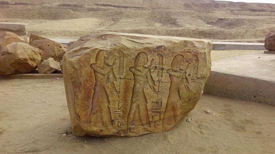 حجر أثرى على الأرض