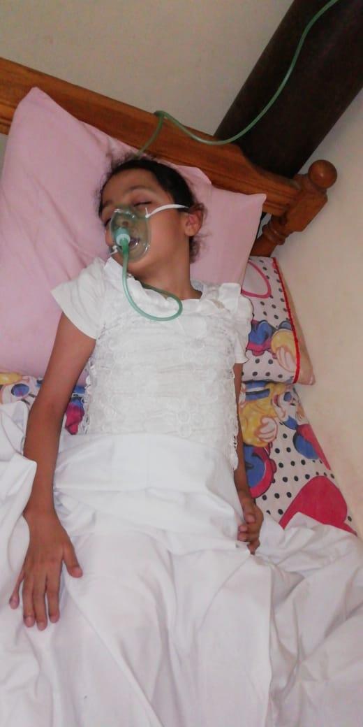 الطفلة وبجوارها اسطوانه الاكسجين  (2)