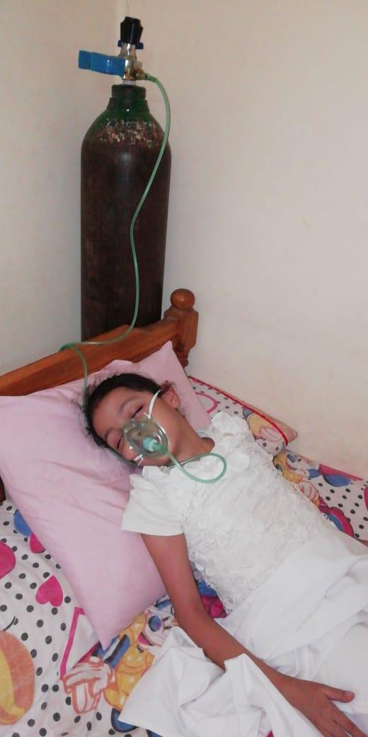 الطفلة وبجوارها اسطوانه الاكسجين  (1)