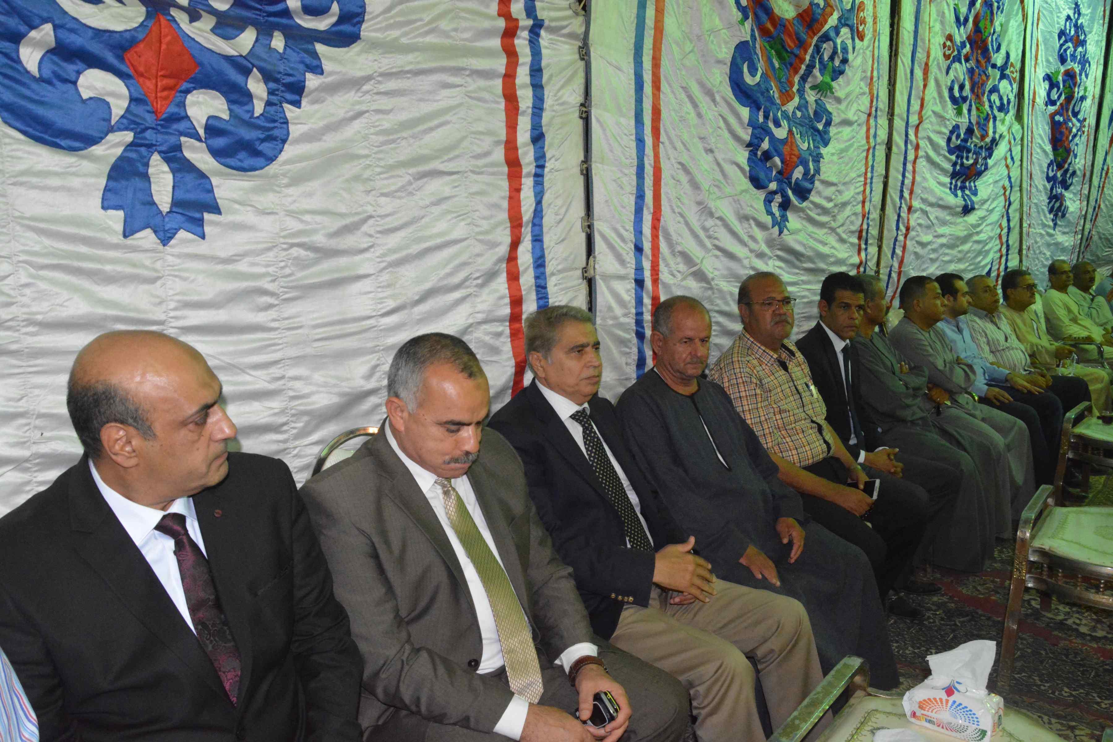 محافظ المنيا ومدير الأمن يقدمان واجب العزاء  (1)