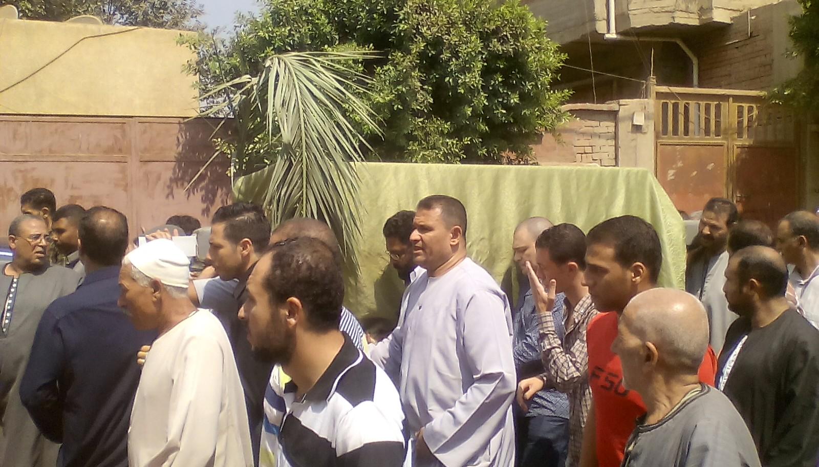 أهالى قرية ميت أبو الكوم يشيعون جثمان شقيقة السادات  (7)