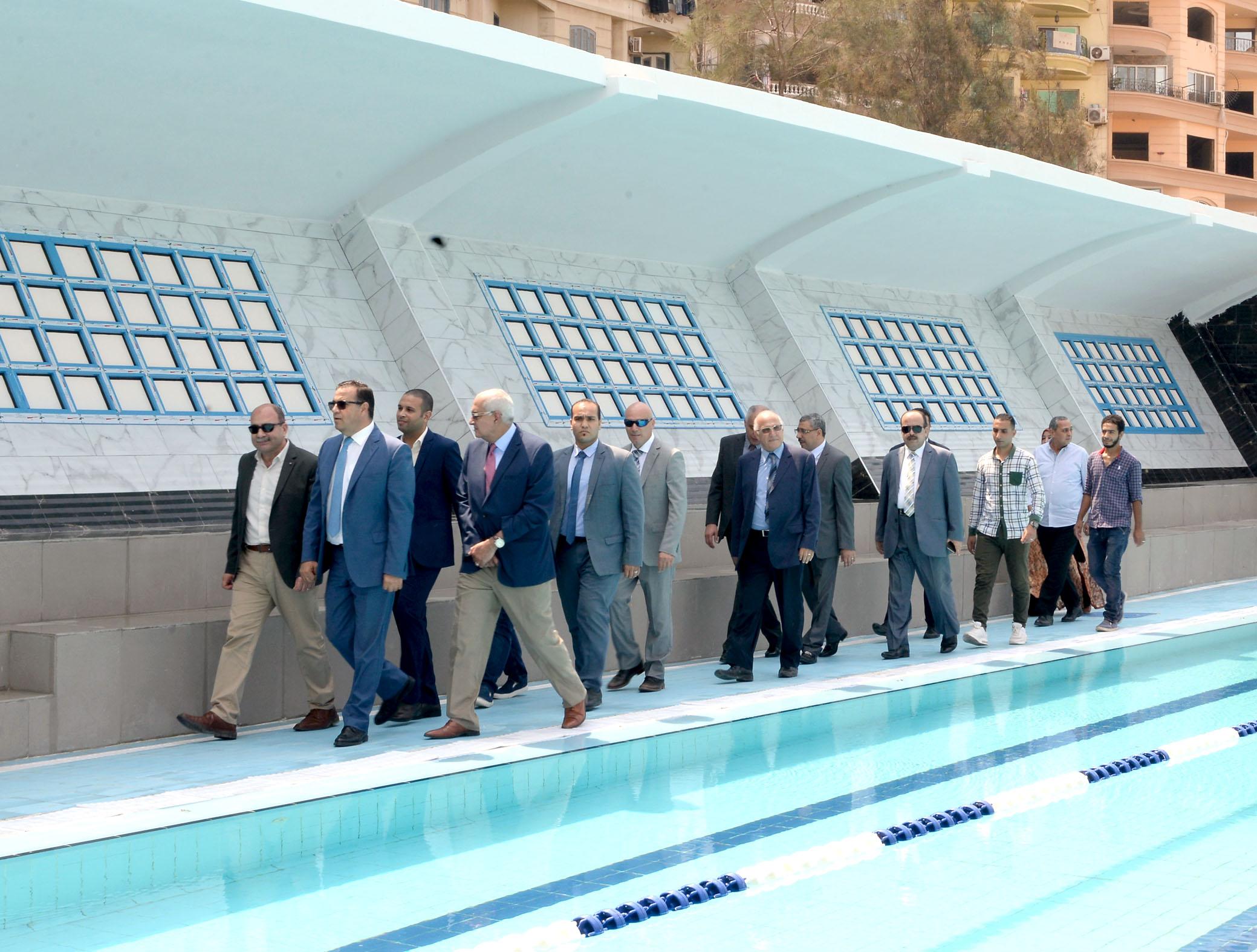 رئيس جامعة المنصورة يفتتح حمام السباحة التعليمى بالقرية الأولمبية بجامعة المنصورة (4)
