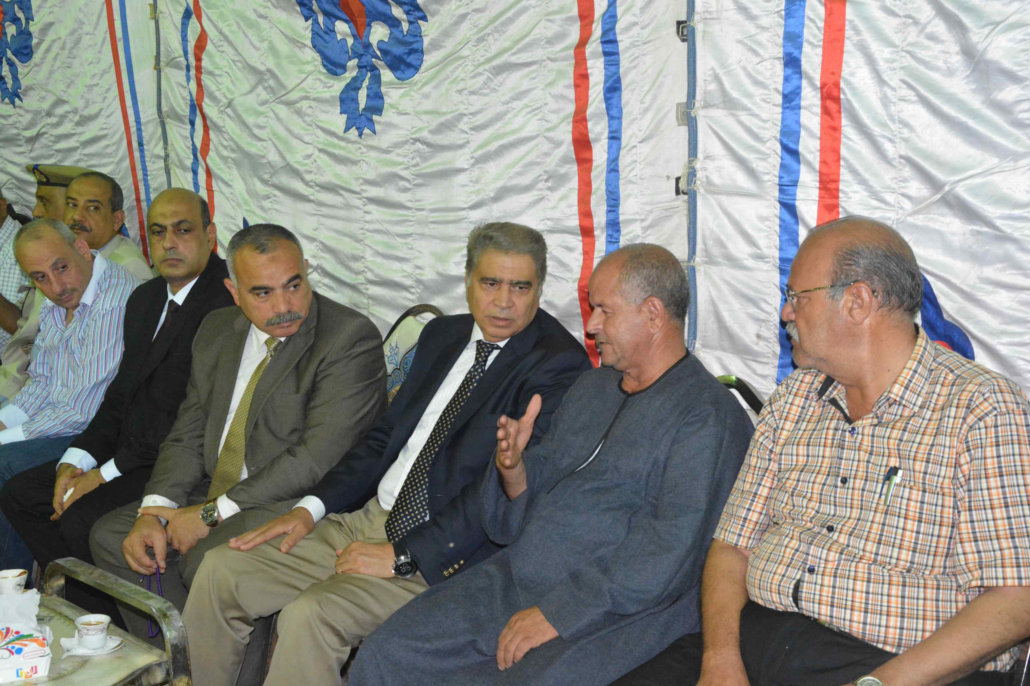 محافظ المنيا ومدير الأمن يقدمان واجب العزاء  (4)