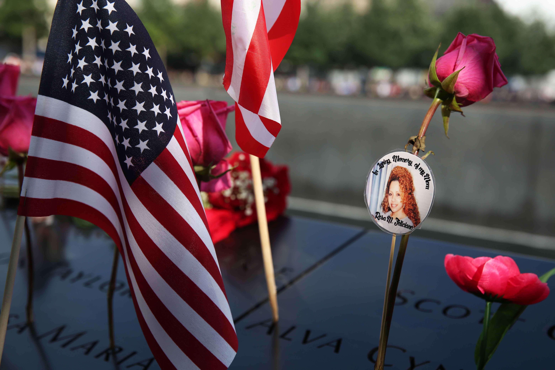 العلم الأمريكى مع صورة إحدى الضحايا
