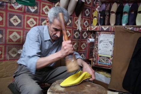 رجل مغربى يصنع البلغة