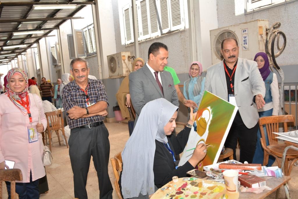الدكتور شحاته غريب يستمع لشرح طلاب التربية النوعية