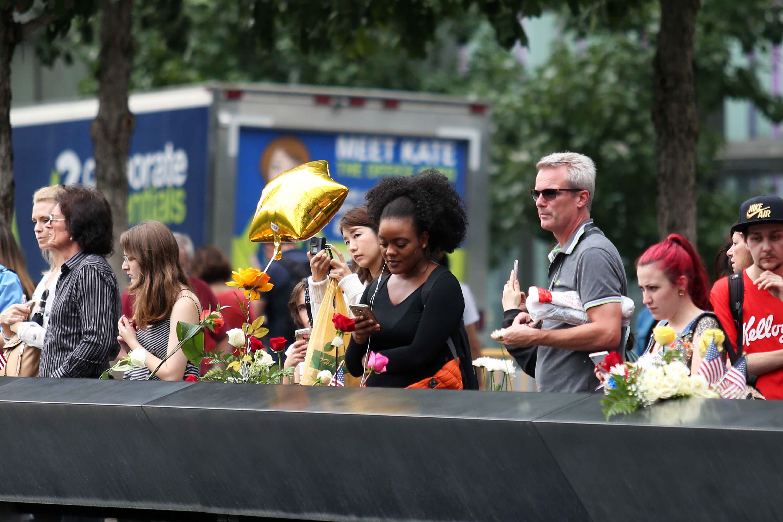 الأمريكيون يضعون الورود بموقع إحياء ذكرى أحداث 11 سبتمبر