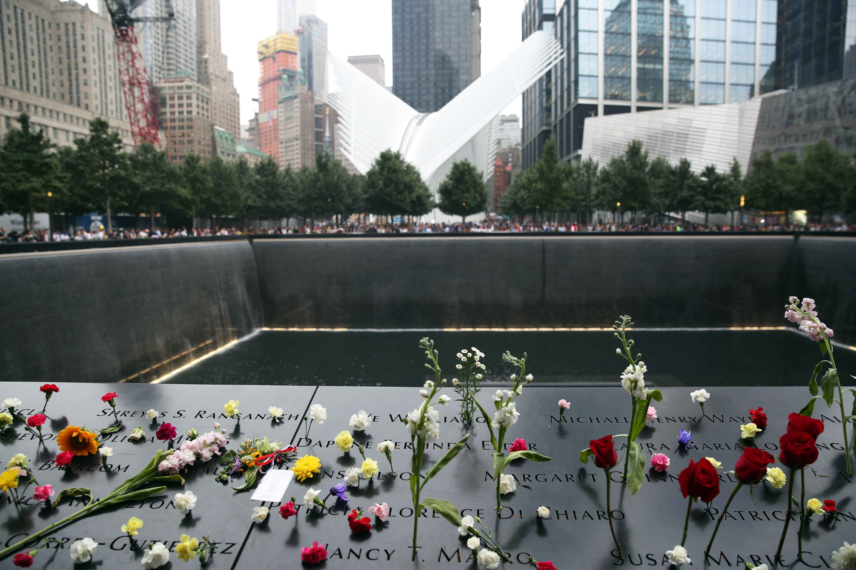 الورود بجانب صور الضحايا