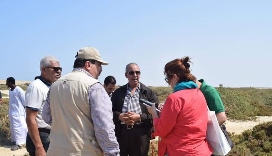 """1-اعضاء المركز الدولى للزراعات الملحية """"ايكبا"""" لمعاينة مكان الزراعة"""