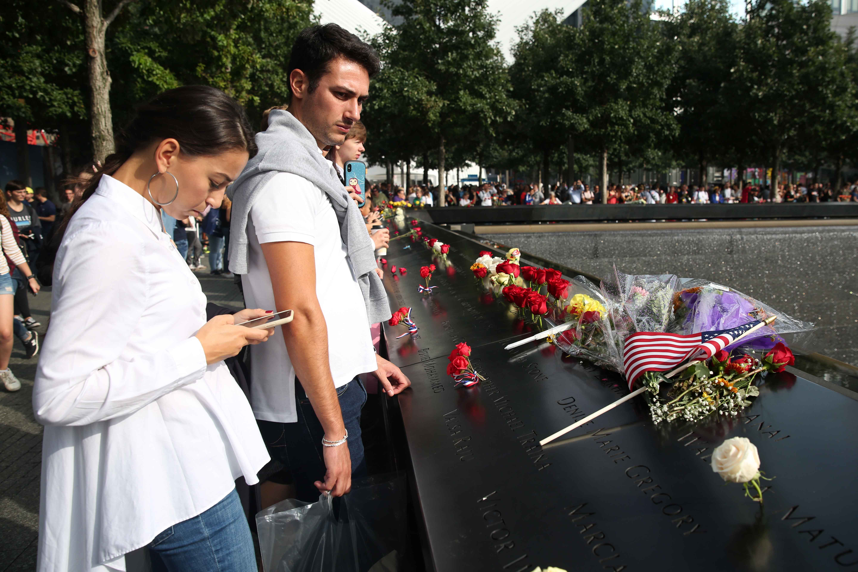 الأمريكيون يضعون الورود