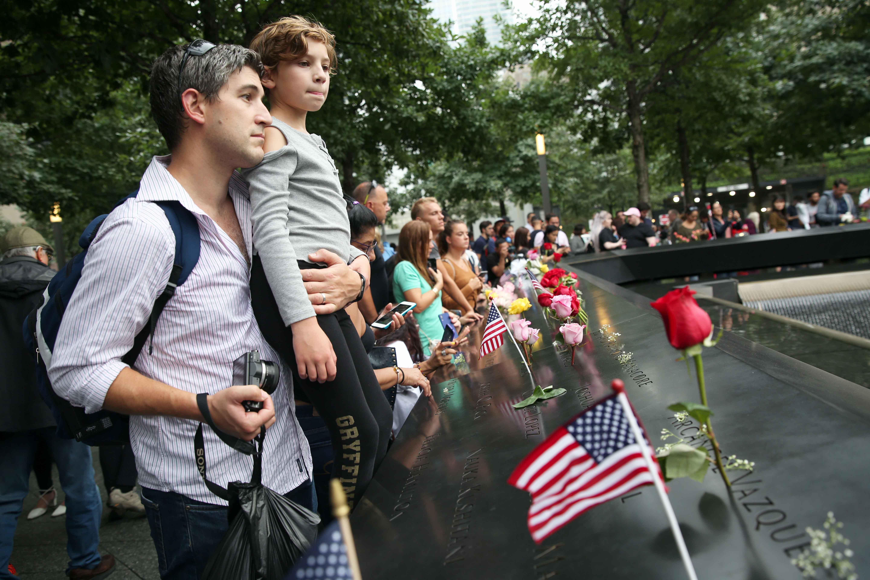 أمريكيون بجانب الورود