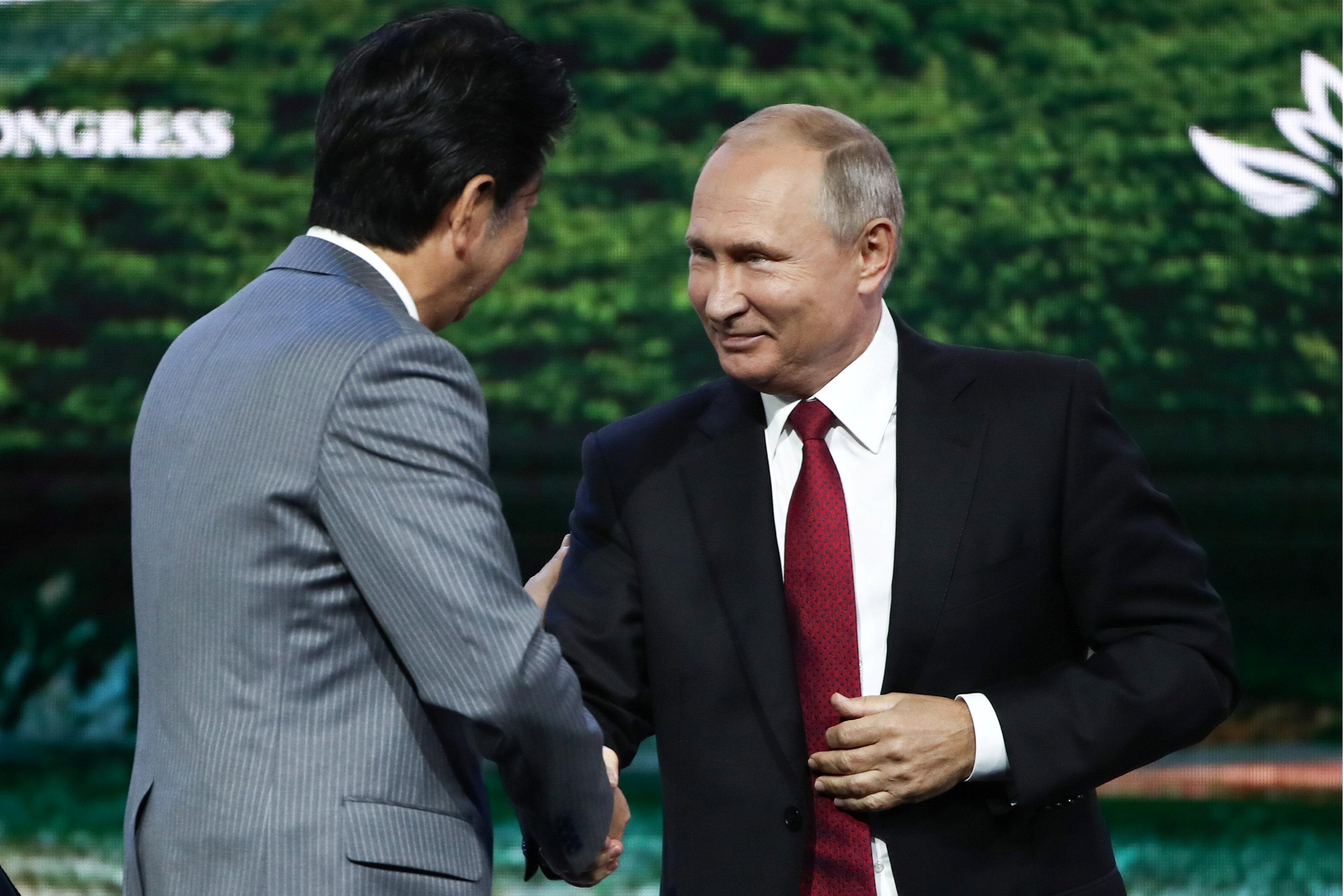 6 – بوتين يحيى رئيس الوزراء اليابانى