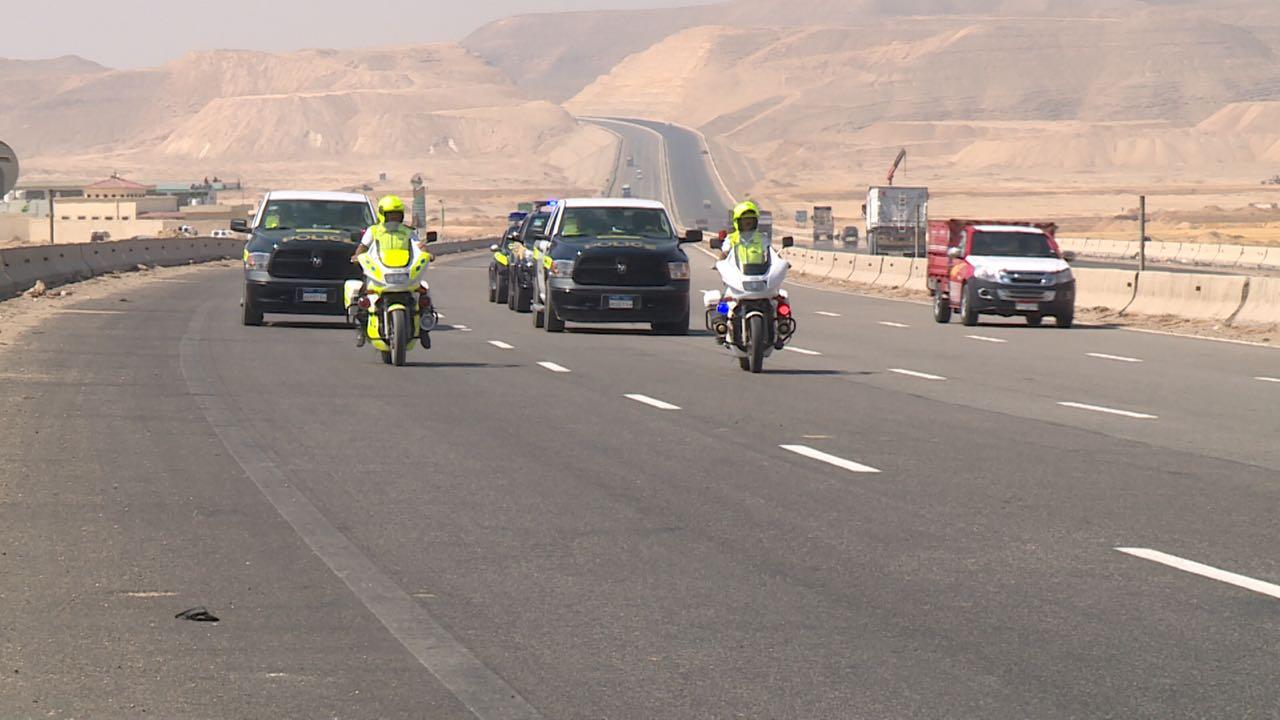 سيارات شرطة لتأمين الطريق