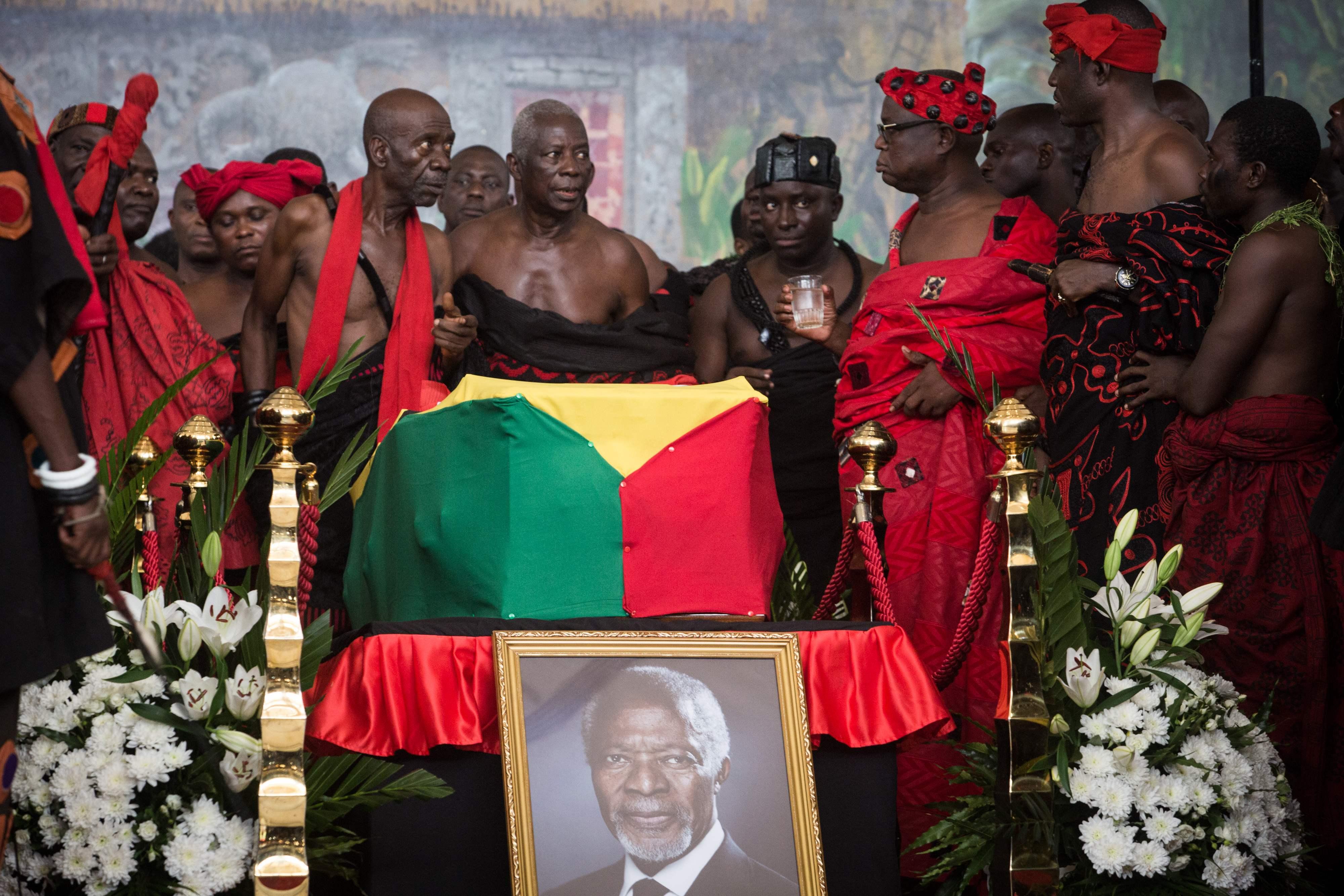 الغانيين يلقون النظرة الأخيرة لجثمان كوفى عنان
