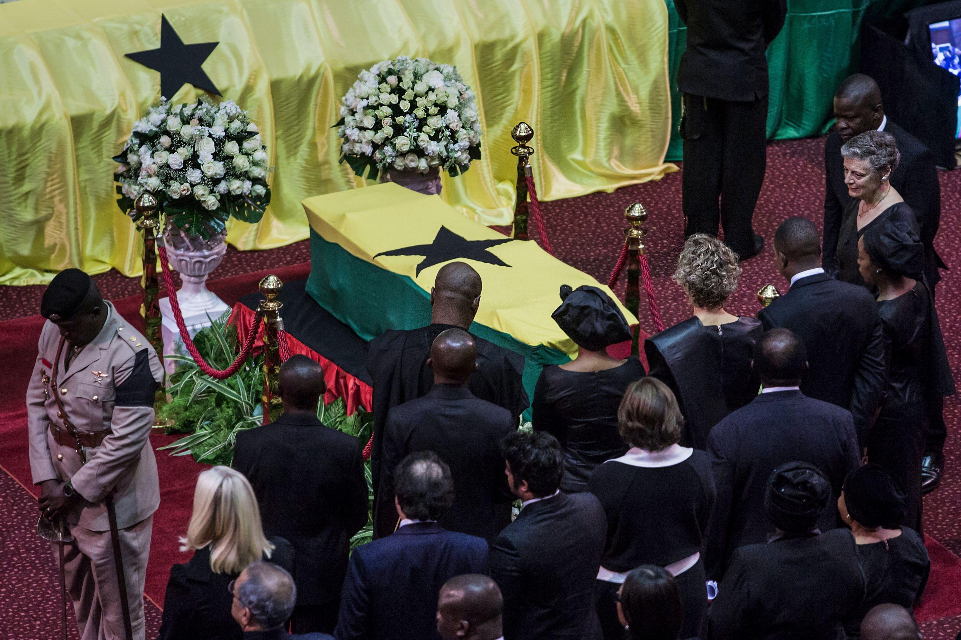 المواطنون الغانيون وشخصيات أخرى يلقون نظرة الوداع على جثمان  عنان