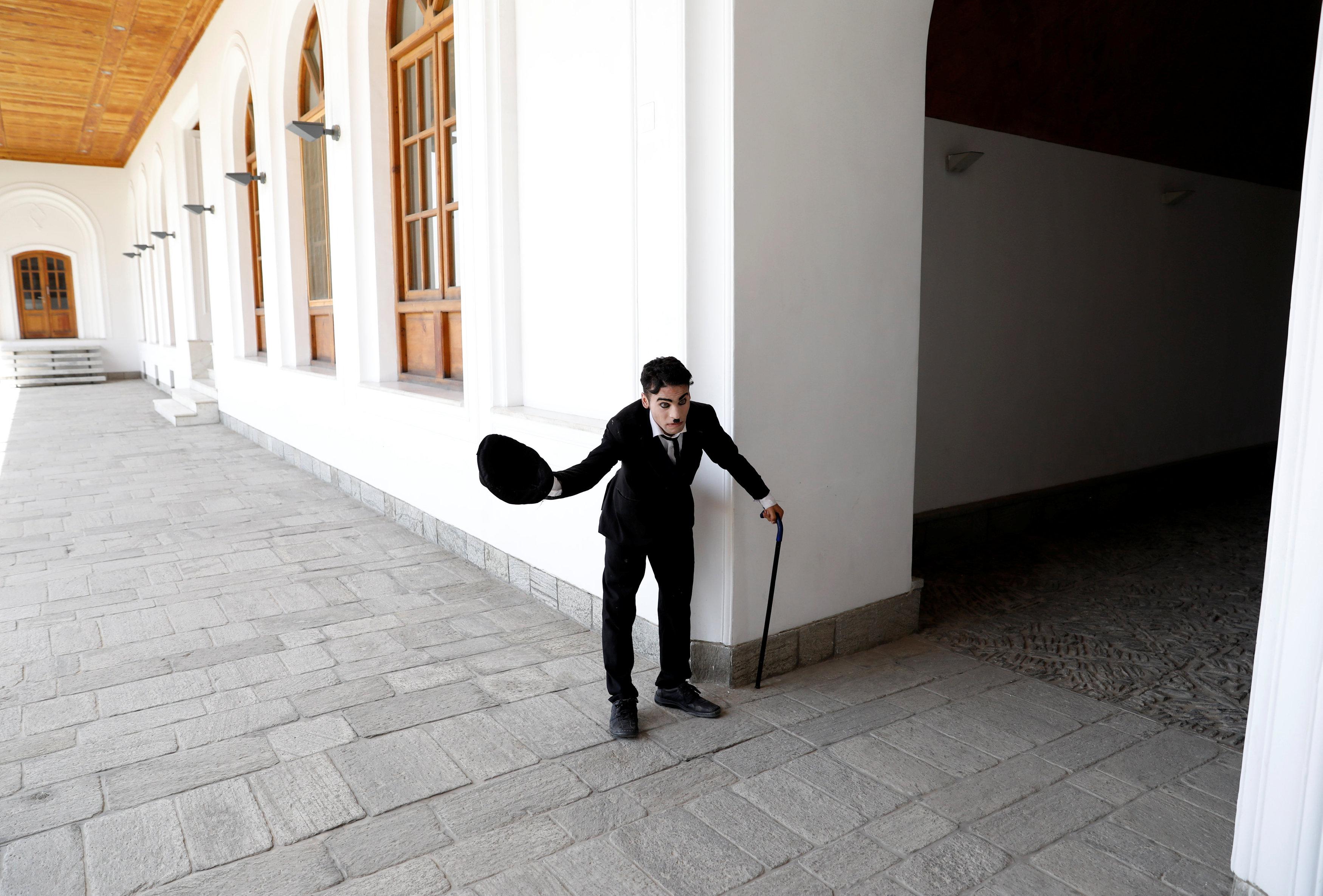 كريم آسر يقدم أحد العروض