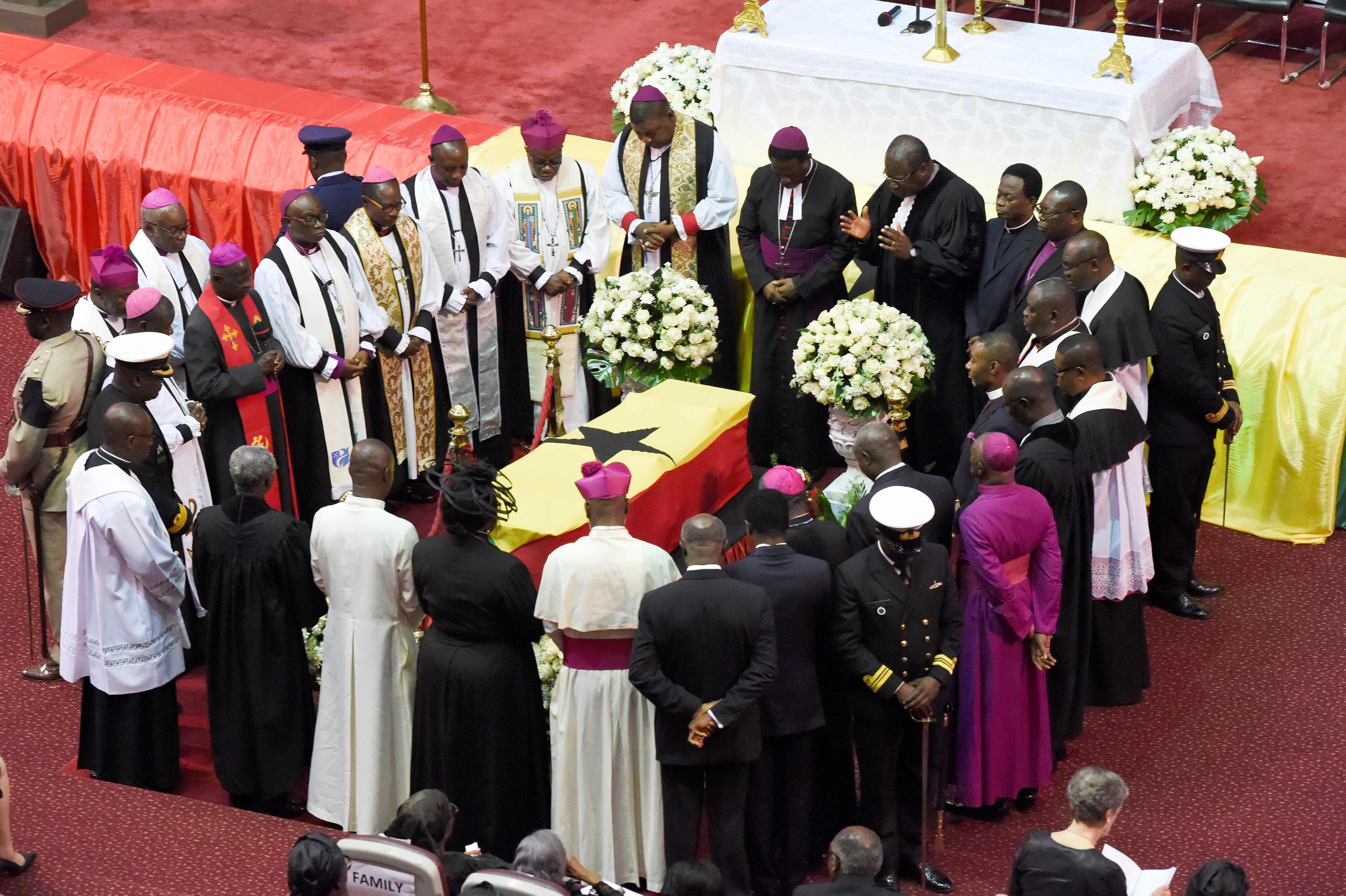 زعماء العالم السابقين والحاليين والقادة المحليين وشخصيات من العائلات الملكية يقفون حول الجثمان