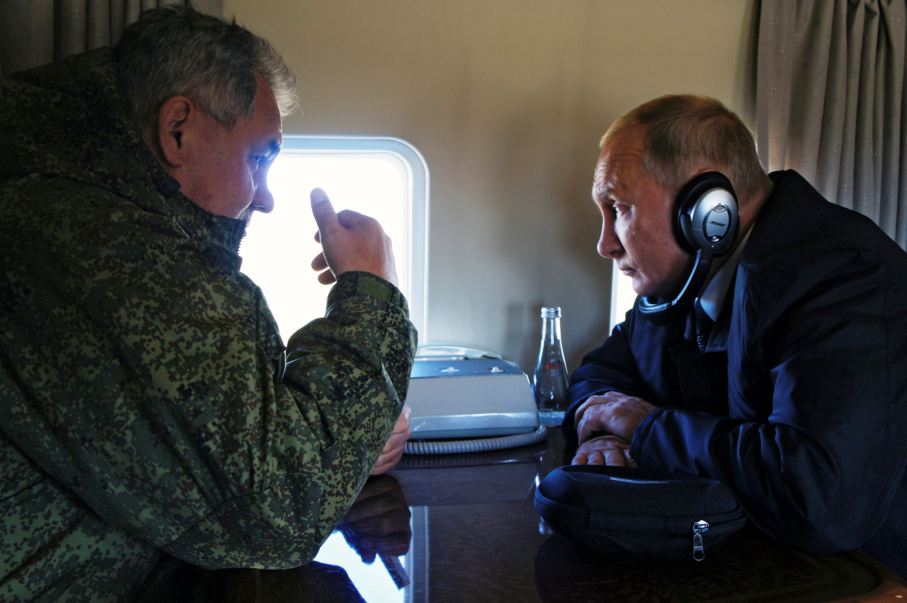 بوتين فى حديث مع وزير دفاعه