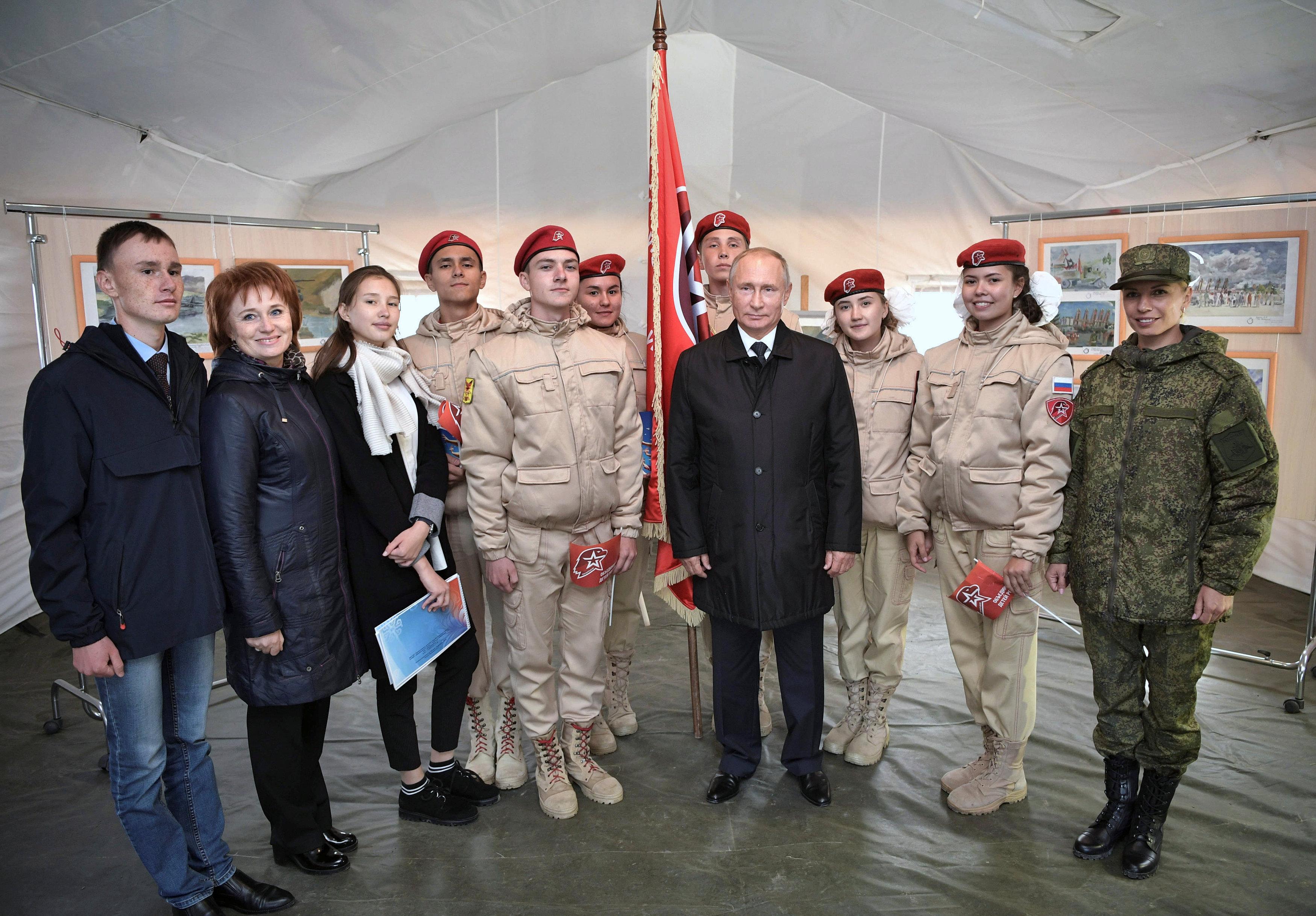 صورة تذكارية للرئيس مع عدد من الجنود