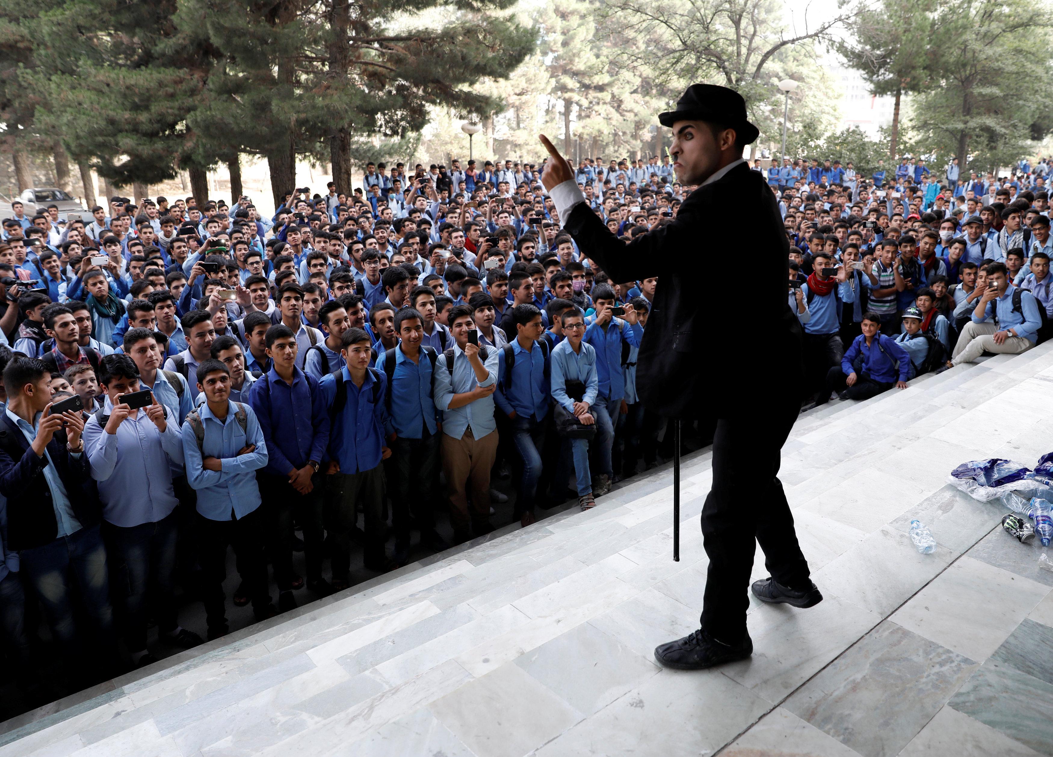 كريم آسر يقدم أحد العروض أمام طلاب مدرسة