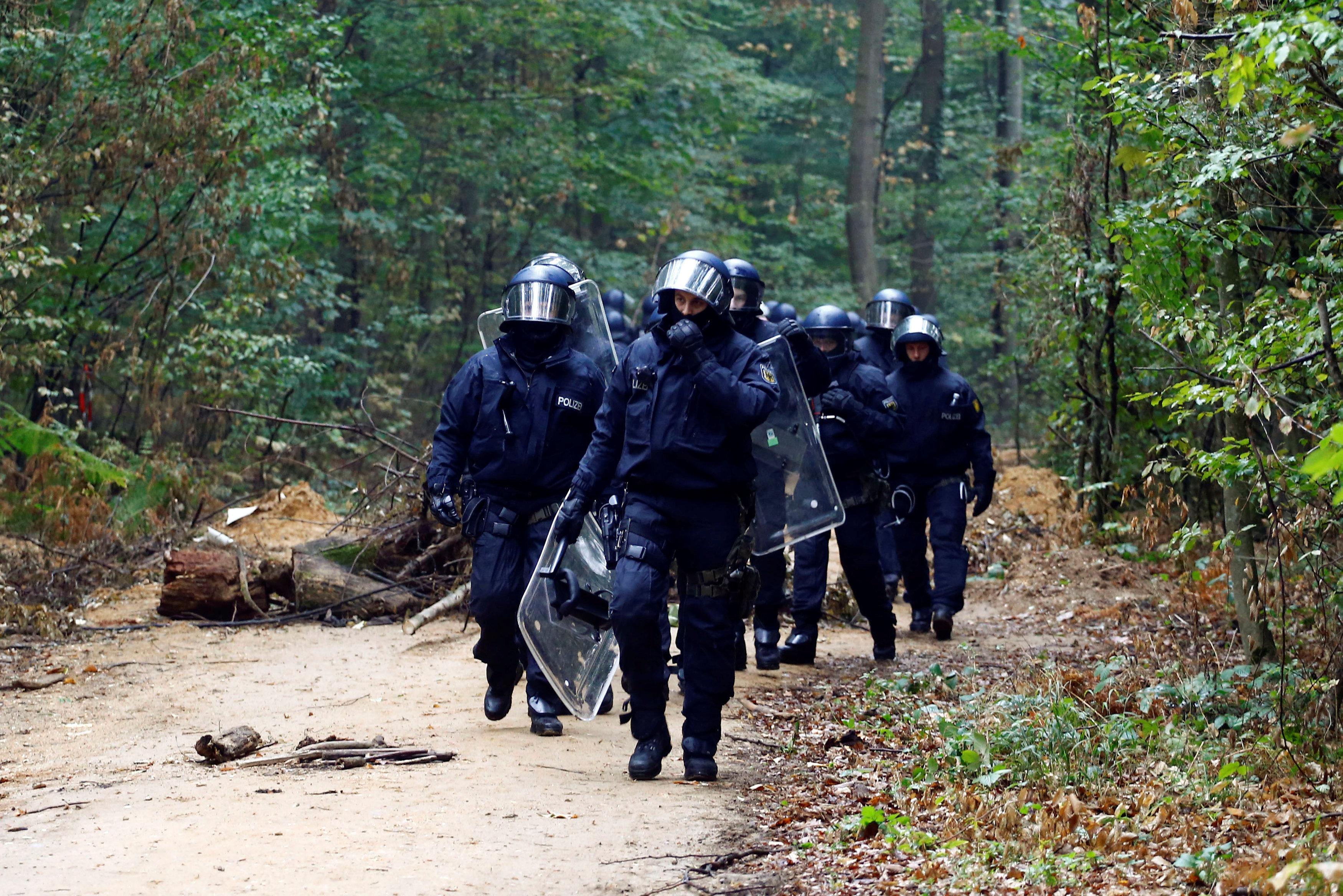 الشرطة الألمانية فى طريقها للغابة
