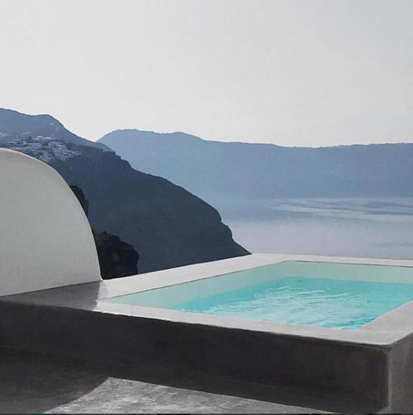 حمام سباحة أمام البحر والجبل