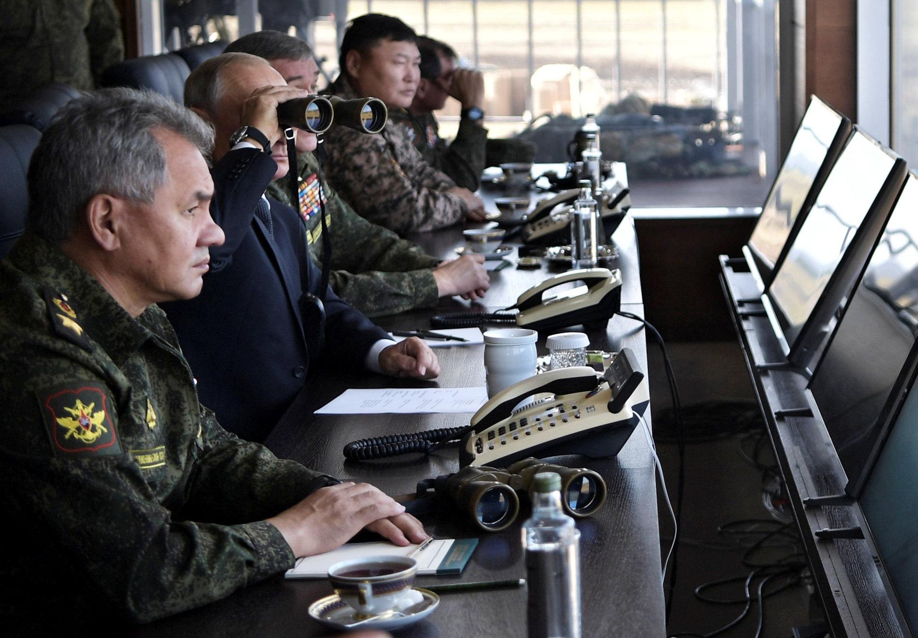أثناء متابعة المناورات العسكرية