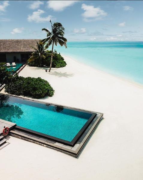 حمام سباحة مميز على شاطئ