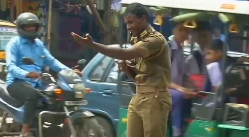 شرطى المرور اثناء عمله