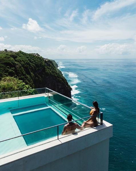حمام سباحة فى قلب البحر