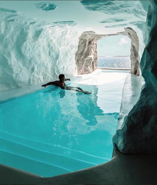 حمام سباحة فى أحد الأماكن السياحية باليونان