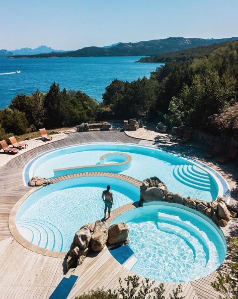 حمام سباحة بمستويين أمام البحر