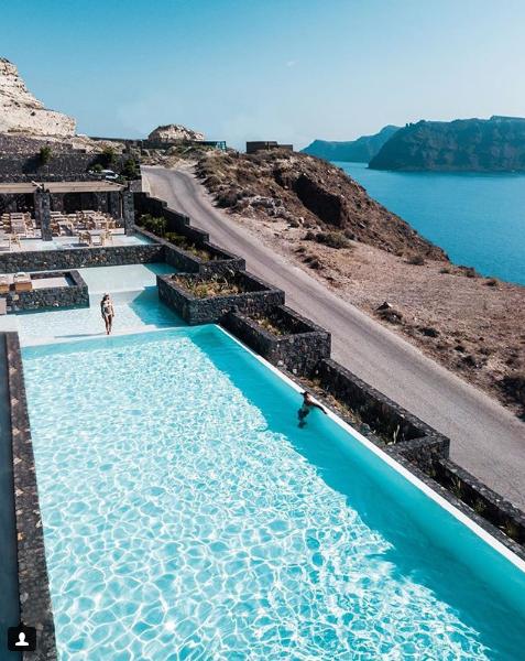 حمام سباحة مفتوح أمام البحر وأعلى الجبل