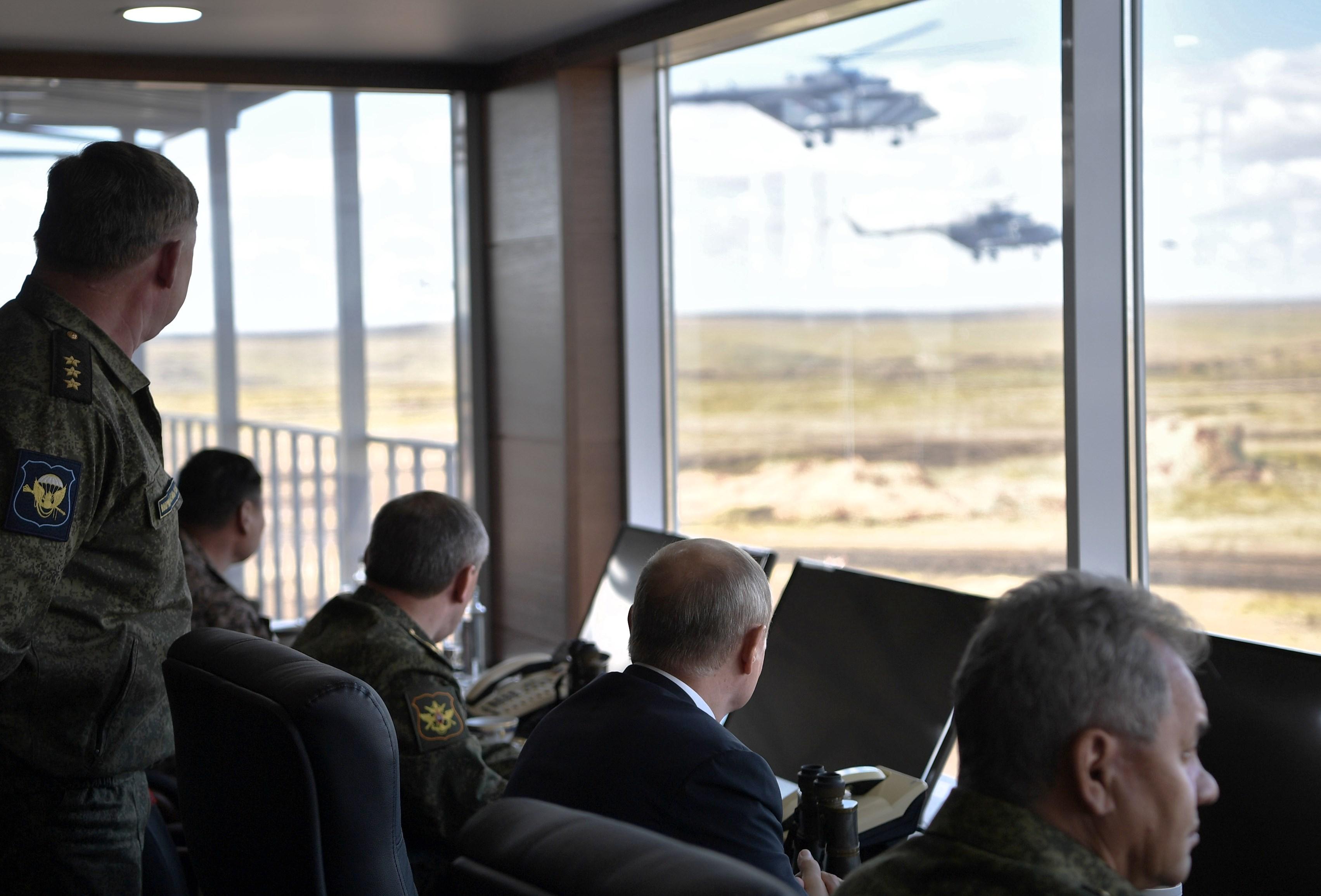 بوتين يتابع الطائرات العسكرية أثناء المناورة