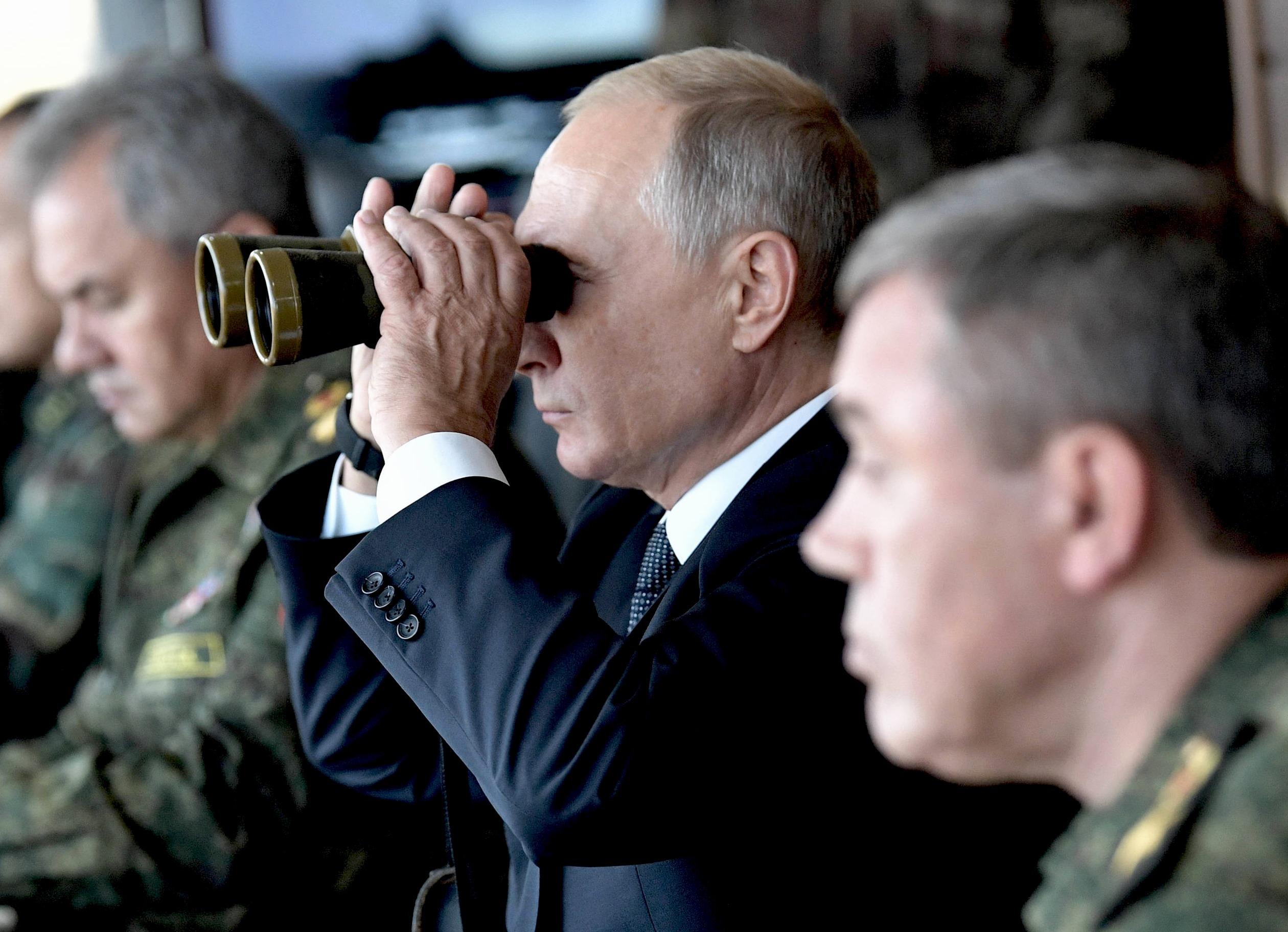 بوتين يتابع المناورات العسكرية