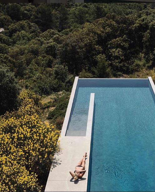 حمام سباحة أعلى قمة جبلية خضراء