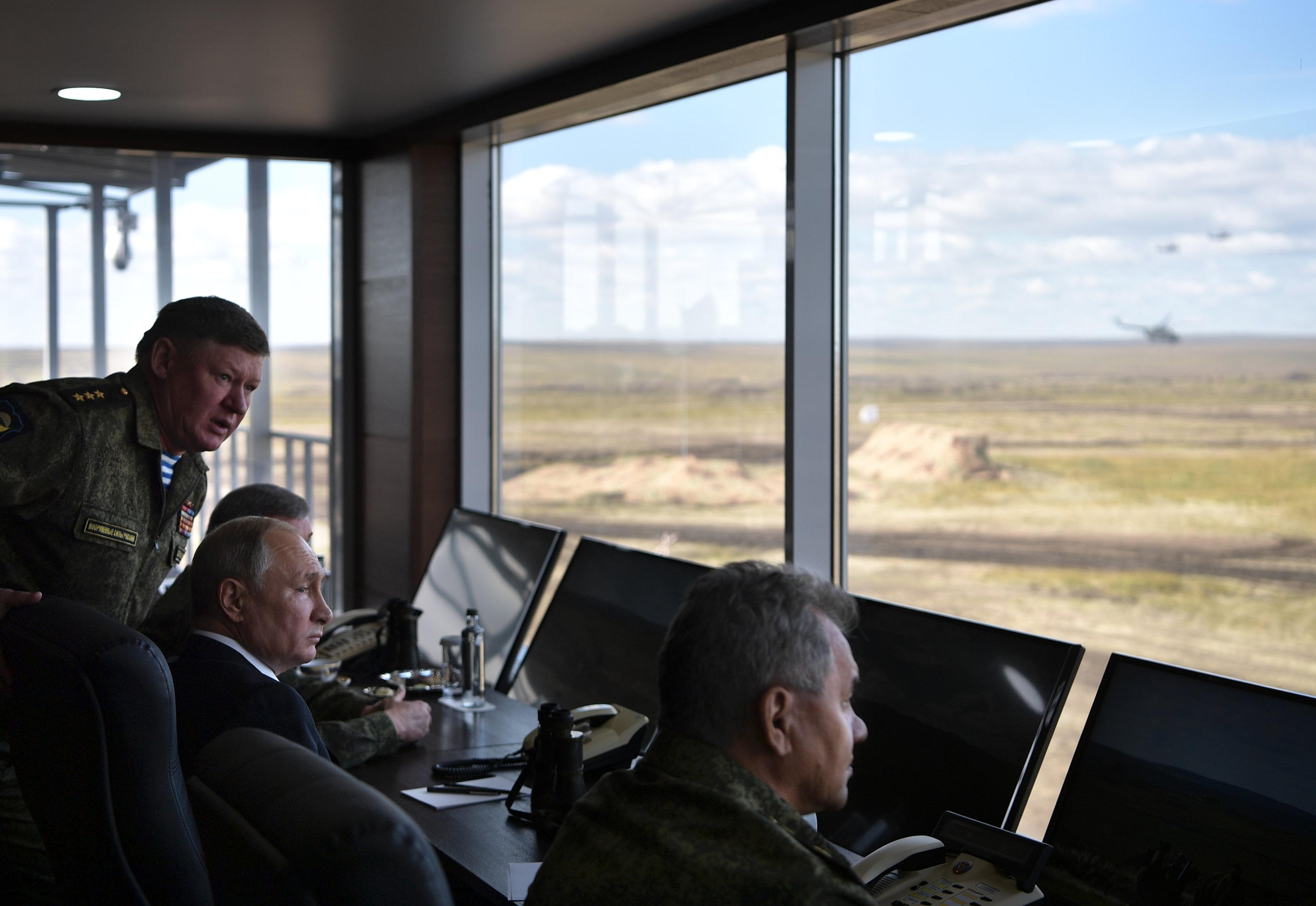 أحد القيادات العسكرية يوجه حديثه للرئيس الروسى