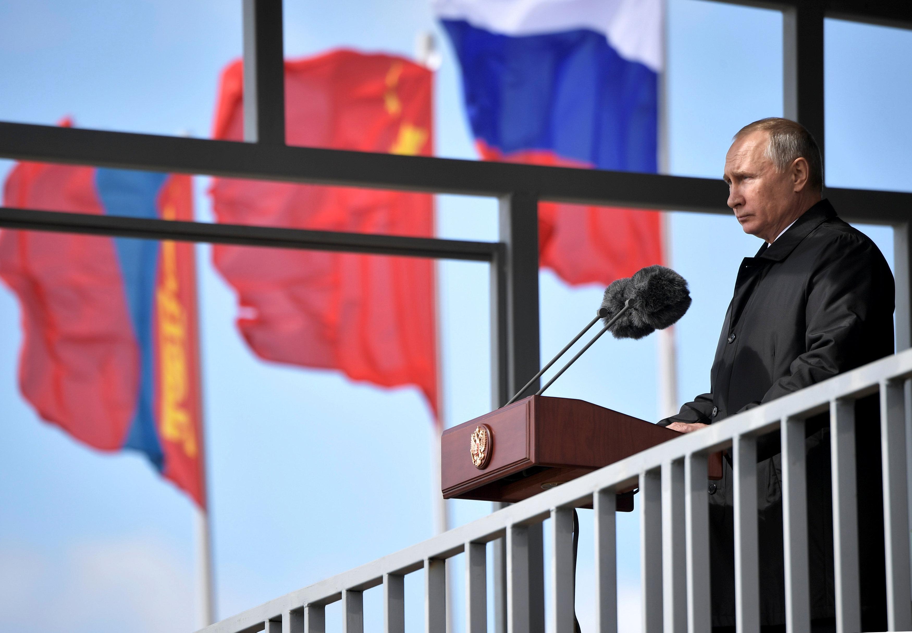 الرئيس الروسى يلقى كلمة على هامش المناورة العسكرية